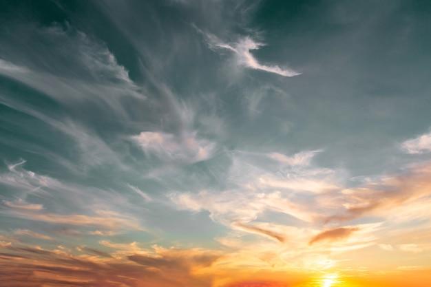 Piękne niebo o zachodzie słońca z chmurami cirrus