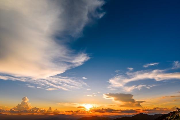 Piękne niebo o zachodzie słońca z chmurami