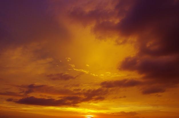 Piękne niebo o zachodzie słońca
