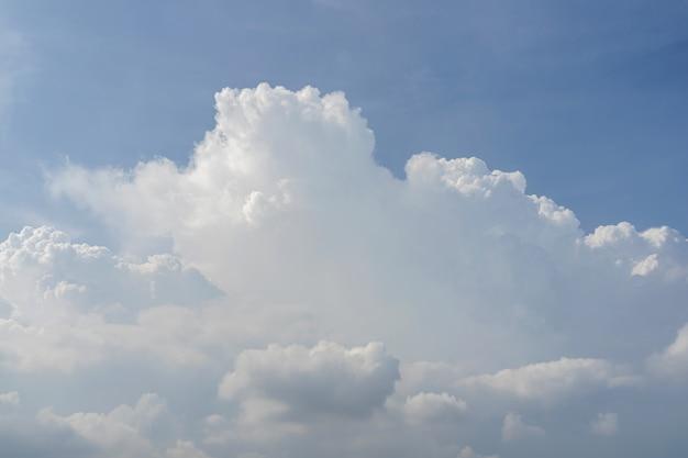 Piękne niebo z białymi chmurami