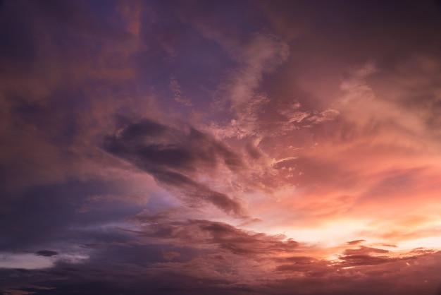 Piękne niebo z chmura zachód słońca