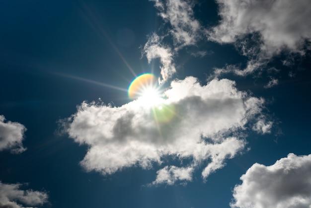 Piękne niebo z chmurami wolumetrycznymi i promieniami słońca. w jakimkolwiek celu