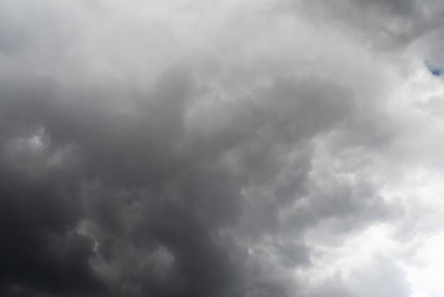 Piękne niebo z chmurami wolumetrycznymi i promieniami słońca