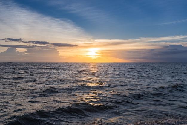 Piękne niebo zachód słońca na plaży.