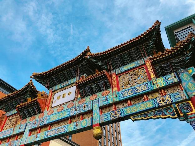 Piękne, niskie ujęcie przedstawiające turkusową i czerwoną bramę świątyni w gallery place chinatown