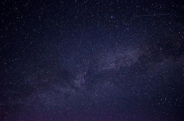 Piękne nocne niebo pełne gwiazd. część drogi mlecznej na niebie.