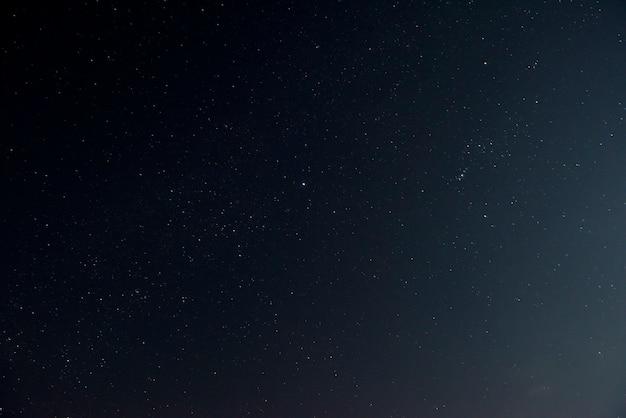 Piękne nocne niebo z błyszczącymi gwiazdami
