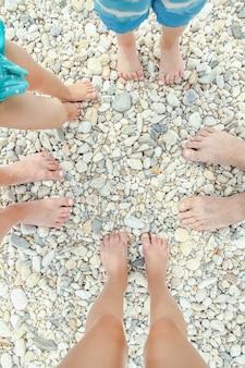 Piękne nogi w piasku na tle morza grecja