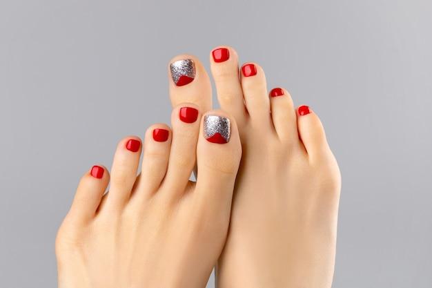 Piękne nogi womans ze świątecznym wzorem paznokci