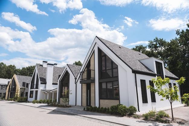 Piękne nowe domy stojące w rzędzie w dzielnicy mieszkalnej