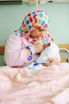 Piękne nowo narodzone dziecko w rękach matki.
