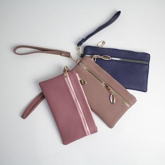 Piękne nowoczesne damskie skórzane portfele na białym tle