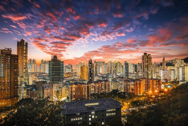 Piękne, nowoczesne miasto z drapaczami chmur i różowymi chmurami na niebie