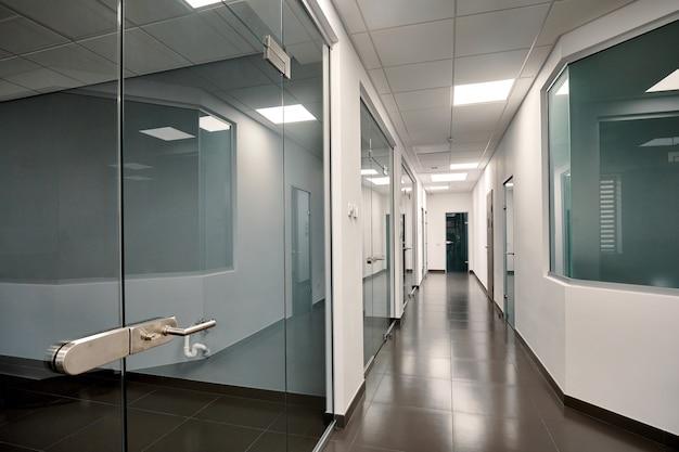 Piękne nowoczesne wnętrze biurowe ze szklanymi drzwiami