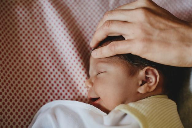 Piękne noworodka leży na łóżku i śpi