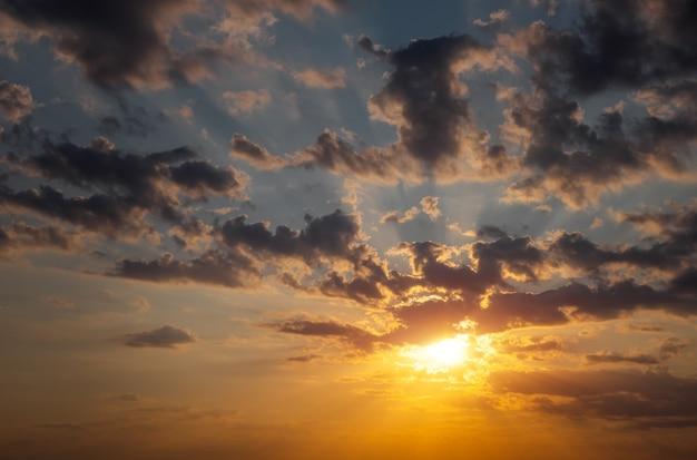 Piękne ogniste pomarańczowe niebo o zachodzie słońca jako tło