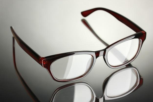 Piękne okulary na szarym stole