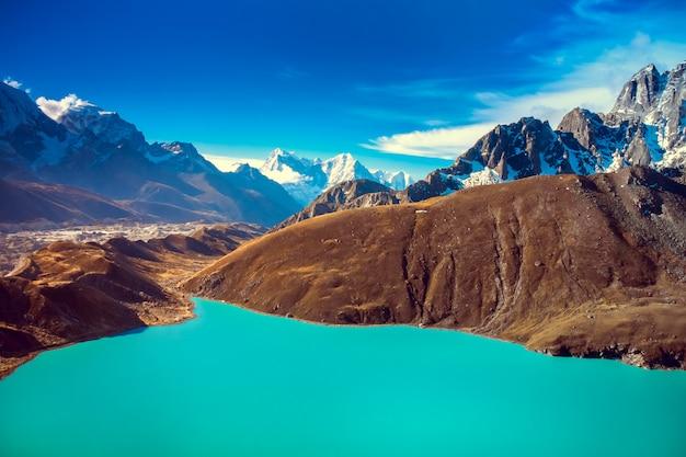 Piękne ośnieżone góry z jeziorem