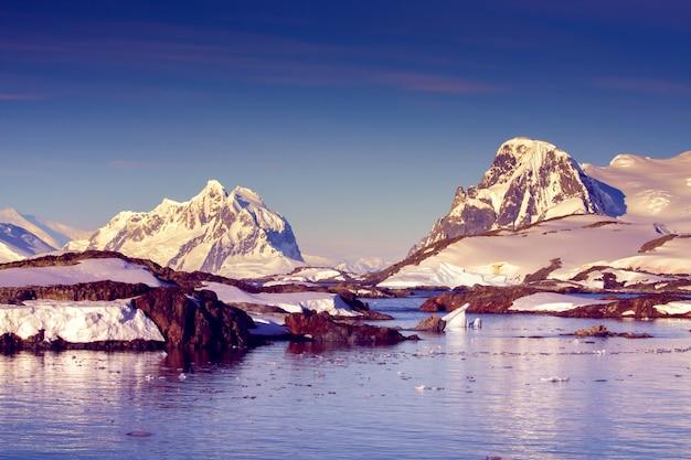 Piękne ośnieżone góry