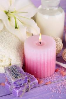 Piękne otoczenie spa z lilią na drewnianym stole z bliska