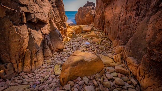 Piękne panoramiczne ujęcie klifów i skał z morzem