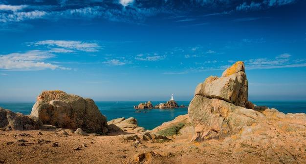 Piękne, panoramiczne ujęcie klifów przy spokojnym morzu