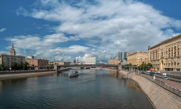 Piękne panoramiczne widoki moskwy. biały statek na rzece moskwie. turystyka w koncepcji kraju.