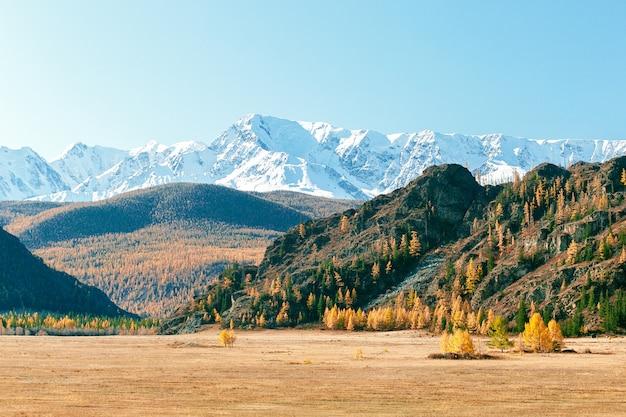 Piękne panoramiczne widoki na góry z białym szczytem śniegu. kolorowy jesień krajobraz w górach.