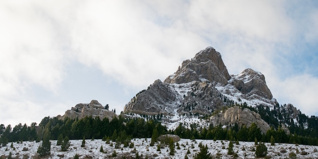 Piękne pasmo górskie pokryte śniegiem spowitym mgłą - idealne na naturalne