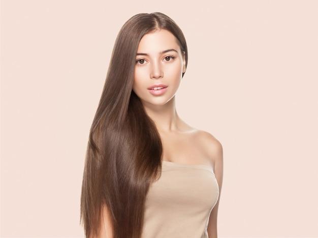 Piękne piegi kobieta zdrowa skóra włosy długo gładka brunetka fryzura kosmetyczna koncepcja na beżowym