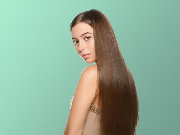 Piękne piegi kobieta zdrowa skóra włosy długo gładka brunetka fryzura kosmetyczna koncepcja na niebiesko