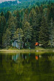 Piękne pionowe ujęcie wiejskiego krajobrazu nad jeziorem