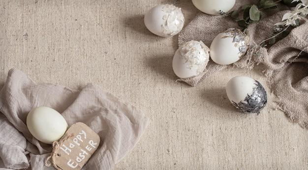 Piękne pisanki rozrzucone na teksturowanej tkaninie. koncepcja wystroju wielkanocnego.
