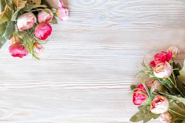 Piękne piwonie kwiaty na podłoże drewniane. widok z góry