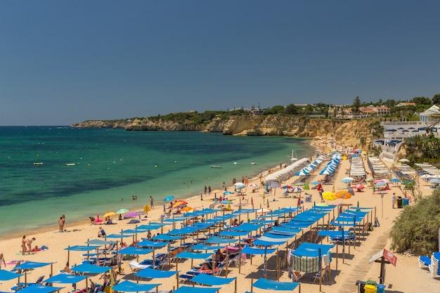 Piękne plaże wybrzeża algarve w portugalii, armacao de pera.