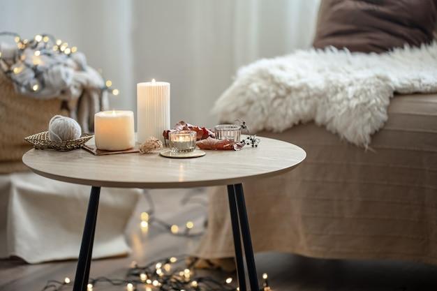 Piękne płonące świece we wnętrzu pokoju w stylu skandynawskim.