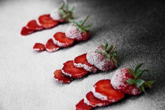 Piękne pokrojone truskawki w proszku cukier