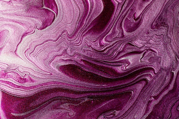 Piękne połyskujące fioletowe i srebrne plamy płynnego lakieru do paznokci.paskowata tekstura farby. tło przepływu lakieru do paznokci w technice płynnej sztuki.koncepcja minimalizmu.kopia przestrzeń, fotografia pozioma.