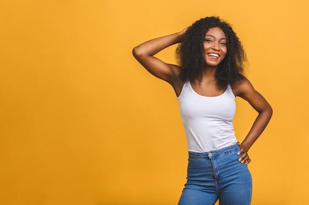 Piękne pozytywne african american czarna kobieta stojąca w pewnej pozie