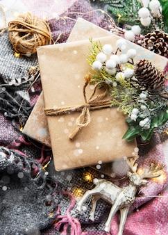 Piękne prezenty na boże narodzenie z dekoracją na drewnianej powierzchni