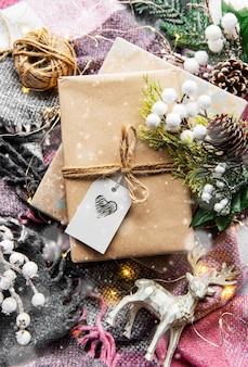 Piękne prezenty na boże narodzenie z wystrojem na podłoże drewniane