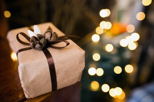 Piękne prezenty świąteczne leżą na vintage stole.