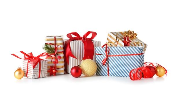 Piękne prezenty świąteczne na białym tle