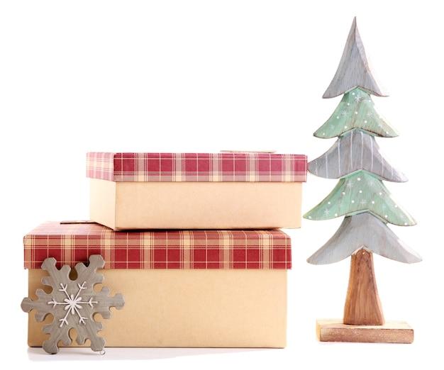 Piękne prezenty świąteczne z zabawkami na białym tle
