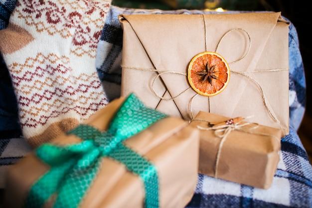 Piękne prezenty tematyczne leżą na krześle w stylu vintage