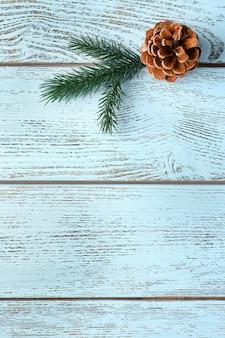 Piękne proste zimowe tło z szyszka na drewnianej teksturze