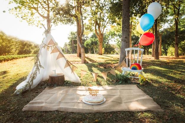 Piękne przyjęcie urodzinowe z balonami i girlandami w środku natury pomysły na przyjęcie urodzinowe