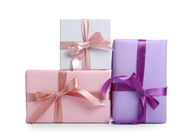 Piękne pudełka na prezenty na białym tle