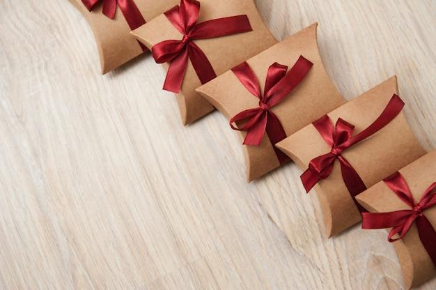 Piękne pudełko ślubne z czerwoną wstążką papier pakowy