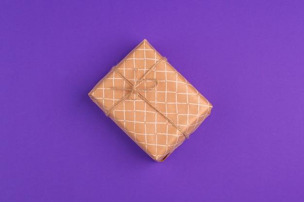 Piękne pudełko zapakowane w świąteczny papier z kokardą, widok z góry